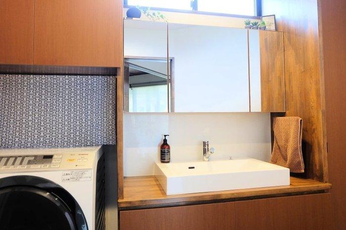 洗濯機上は、洗剤やタオル類、洗濯バサミなどで散らかりがちなスペースですが、そんなスペースを隠してくれるのがロールスクリーン。  ロールスクリーンを配置することで、生活感が出がちなスペースを丸ごと目隠しできますね。