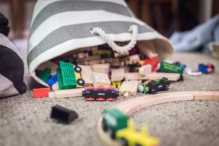子供のおもちゃはアイテムを問わず、ごちゃついた印象を与えがち。  そんな子供のおもちゃは、こちらのような持ち運びに便利なファブリックバッグやバスケットに収納するのがおすすめです。  これなら、中身が見えにくいだけでなく子供の遊び場所に合わせて持ち運びやすいですね。