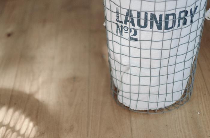 外から洗濯物が見えるようなカゴもありますが、やはり目隠しとして有効なのは、写真のようなカゴ×ファブリックバッグの組み合わせ。  おしゃれな雰囲気が出るだけでなく、中身も外から見えにくいため、見せたくないものを入れるには十分な仕事をしてくれますよ。