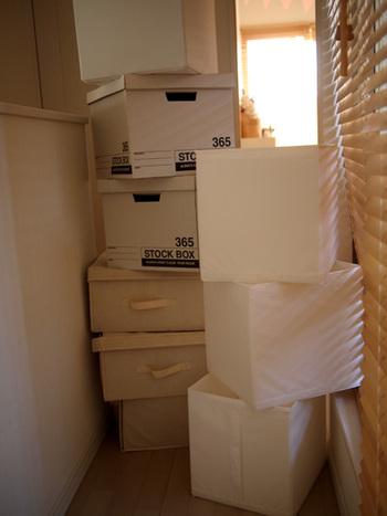 衣類や子供のおもちゃなどは、こちらのような収納ボックスを使うのもおすすめです。  筆者もIKEAのものを利用していますが、外側から何が入っているのか見えないためとても重宝しています。  また、四角形のものを使うと、押し入れやクローゼットなどにもフィットさせやすく片付け・収納にもとても役立ちますよ。