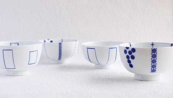 コロンとした丸みがキュートなお茶碗。「印判染付(いんばんそめつけ)」という手作業ならではのぬくもりがあります。