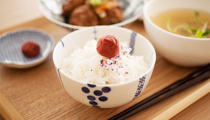 幾何学的な模様ですが、白磁に呉須という伝統的なデザインは守っているから、食卓にすっとなじみます。丸みを帯びた形が、ご飯をよりおいしそうに見せてくれますね。