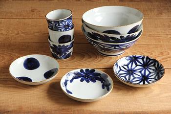 日々の暮らしに寄りそう食器を生み出す「馬場商店」。実は「HASAMI」と同じ、「有限会社マルヒロ」のブランドの一つです。  こちらは、人気シリーズの「いろは」。江戸時代から庶民の食器として親しまれた「くらわんか椀」のデザインが再現されています。