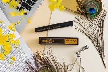 マスカラは、まつ毛をカールしてから丁寧に塗っていきます。さらに繊維入りのマスカラ下地を使うと、より長くカールもキープでき、簡単にボリュームをアップすることができます。