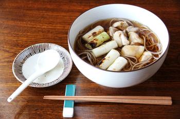 麺類や丼物に便利などんぶり。ささっと手軽に食べる昼食でも、洗練された器を使えば贅沢なひと時に。