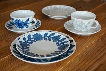 人気の秘密はそのモダンさ。透き通るような白磁に「呉須」と呼ばれる藍色の顔料で絵付けをするのが波佐見焼の特徴ですが、そのデザインが北欧に通ずるものがあり、北欧デザイン人気も相まって、注目を集めています。