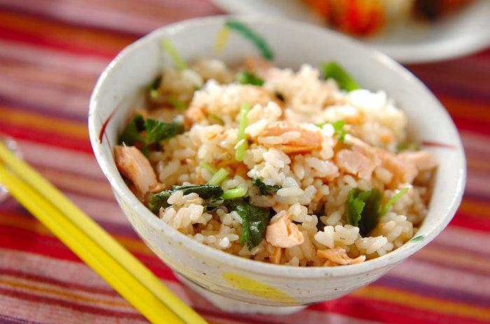 白ご飯に飽きてきたけれど、チャーハンもワンパターンになってしまう。そんな時は、電子レンジで作るご飯レシピをマスターしちゃいましょう☆ご飯としょうゆを混ぜて、鮭を乗せてレンジでチンします。主食のバリエーションが増えると、毎日の食卓が豊かになりますね♪