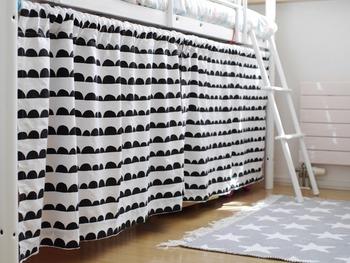 おもちゃが多い場合などは、子供部屋などのスペース一体を目隠しするのもおすすめです。  こちらのお部屋ではロフトベッドの1階部分をまるごと目隠しすることで空間がよりすっきりとした仕上がりに。