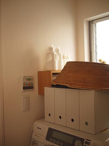つっぱり棒を使ったロールスクリーンの利用が難しい場合は、ファイルボックスを利用して洗濯雑貨を収納するのも良いアイデアですよね。  こちらも、洗濯機本体や空間全体のカラーにマッチしたものを選ぶと空間がすっきりして見えますよ。