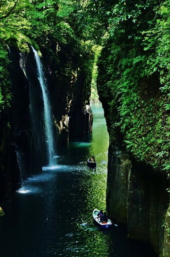 まずは定番の高千穂峡。やっぱり外せない有名スポットです。高千穂峡は、五ヶ瀬川にかかる峡谷で、国の天然記念物にも指定されています。付近には、日本の滝百選の一つである「真名井の滝(まないのたき)」があり、最大の見所となっています。ここでは貸しボートにのって、迫力満点の滝を見上げて自然のパワーを身近に感じてみましょう。