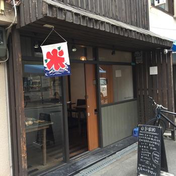 長屋をリノベーションした落ち着きのある佇まいの「マツシタキッチン」は、おいしい洋菓子がいただけるカフェ。夏〜秋にかけて登場するカキ氷が人気です。