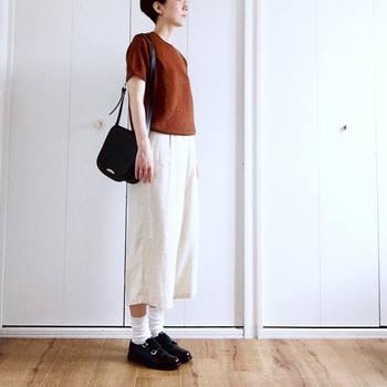 リネンの半端丈パンツには、ドキッとするようなテラコッタのニットを合わせて、一足先に秋色コーディネートを。