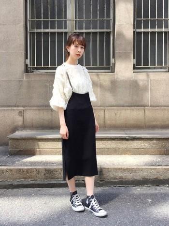 華奢な肩紐がついたタイトスカートに、お嬢さんの定番、レーシーなトップスを合わせたコーディネートです。足元はスニーカーで個性とラフさを出しつつも、上品さは損なわないスタイルです。
