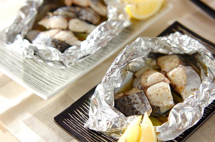 鰆(サワラ)はとっても美味しいお魚だけど、身が柔らかくてグリルやフライパンで焼くと崩れやすい。その点は、大事にホイルで包めば大丈夫。さらに、アスパラをサワラの下に敷くと、お魚がアルミにくっつきにくいんだとか。