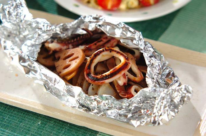 イカといえばコレ!というお料理はなんでしょう?実はシンプルな食べかたが一番美味しい。だからホイル焼きがオススメ。イカを焼き過ぎないように、先に電子レンジで野菜だけさっと加熱しておくのがポイント。バター醤油のシンプルな味わいがオツです♪