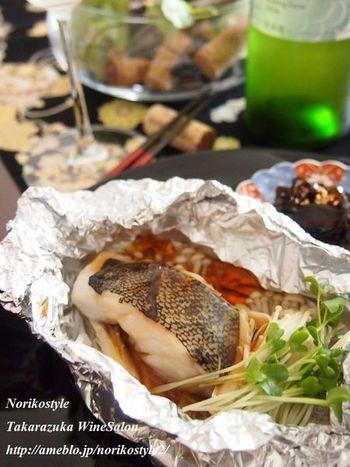 鱈(たら)を白ワインで蒸し焼きに。蒸気がもれないように、ホイルで丁寧に包みます。それだけでふっくらと焼き上がりますが、淡泊な味のお魚ですから、ちょっとここはひと工夫して、お手製の黒酢あんを合わせて◎ 小鍋に材料をいれて、さっと煮たたせるだけで本格的な一品に!