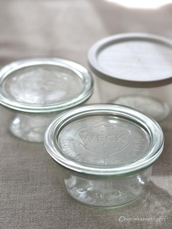 """薄緑色のガラスとイチゴのマークが可愛らしいドイツ生まれの""""WECK""""は、見た目だけでなく、その機能性の素晴らしさで大人気の保存瓶です。サイズや形が豊富なので、レシピや用途に適した物が選びやすいのも魅力です。"""