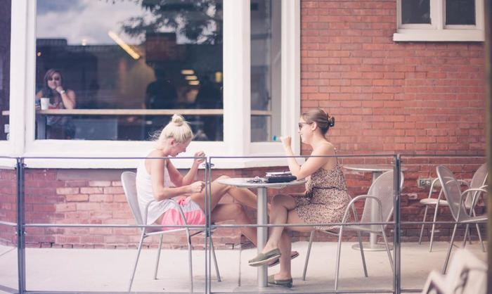 SNSなどで、親交のある友人の多い少ないにこだわっていませんか? フランス人女性は、実は友人がとても少ないもの。本当に心が許せる親友数人と家族を大切にしています。
