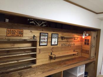 押入れの奥行きを利用すれば、小さなものから大きなもの、壊れやすいものも安心して置いておける飾り棚にも。もともとある中段の仕切りも腰の高さだから、見せたり手入れしたりするのにとってもちょうどいいんです。