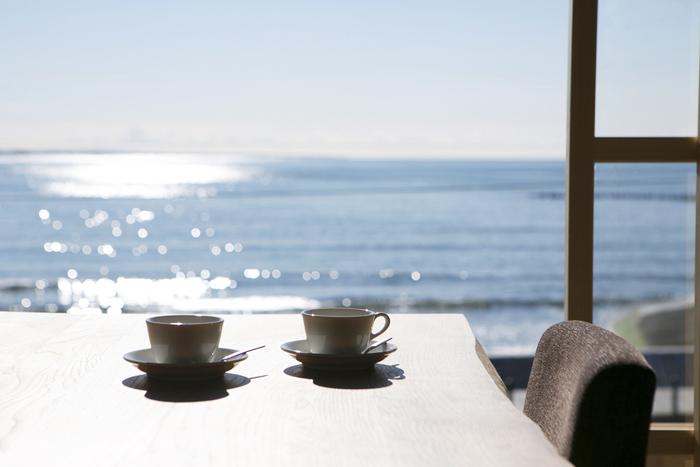 おしゃれでゆっくりと時間を過ごせるすてきなカフェがこんなにたくさんあるんです。もう夏も終わりに近づいてきているので、今年最後の夏の思い出に、ぼんやりとしながらゆったり海を満喫してみては?