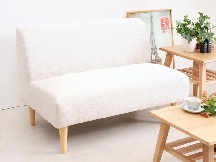シンプルな二人掛けソファーは、いろいろなテイストのお部屋によく似合います。カバーリングがついているので、外して洗うこともでき、清潔を保てますよ。