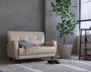 きちんと感のある二人掛けのソファーはレザーをチョイスすると、日常のお手入れはささっと拭き上げるだけと簡単です。