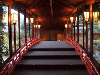 客室に行く時に通る、太鼓橋をイメージした渡り廊下も素敵です。随所に出雲らしい神秘的な雰囲気が。夜には「神楽」も楽しめるのだとか。