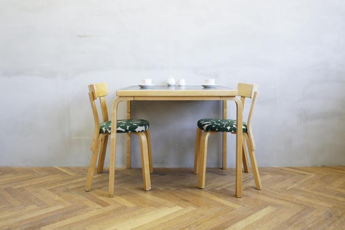 ヴィンテージのテーブルはそれ自体に趣があって、まわりのアイテムも丁寧にチョイスしたくなりますね。存在感のあるテーブルに胸が躍ります。