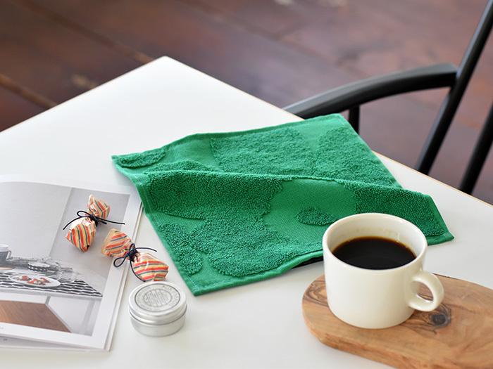 フィンランドのテキスタイルブランドの「marimekko(マリメッコ)」のミニハンドタオル。外出先で何気なく使っているときも注目を集めるような大胆なデザインがポイントです。