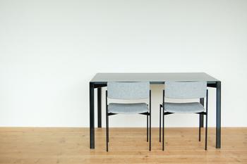 コンパクトにおさめたいときは、こんな風に壁に向かって椅子を並べてみるのもお洒落です。シンプルなカフェの雰囲気が出来上がります。
