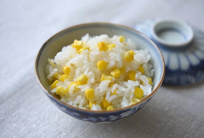 生のままご飯と一緒に炊き込むだけのとっても簡単お手軽レシピ♪なのにとっても美味しい!とうもろこしが出回る夏におすすめの簡単レシピです。