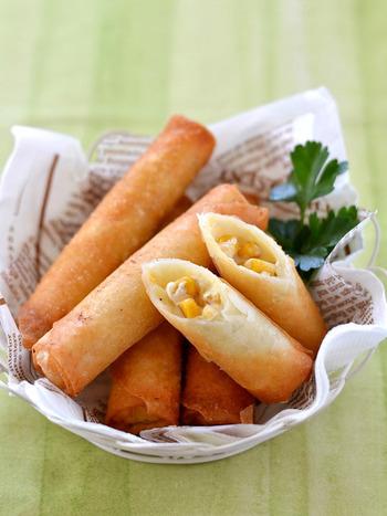おかずにもお弁当にもおつまみにも!簡単に作れて美味しく食べられるとうもろこしとクリームチーズの春巻き。小さなお子様にはペッパーを抜きにしてもいいですね。