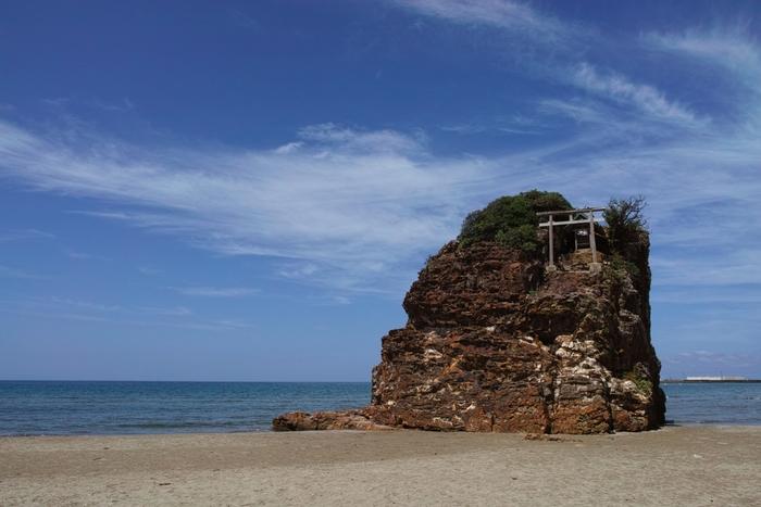 「須佐の浜(いなさのはま)」は神話「国譲り、国引き」の舞台となった場所。また、旧暦10月10日の夜に出雲大社の「神迎祭」がこの浜で行われます。全国の神様が神在月にこの浜から出雲に上陸するため、パワースポットとしても有名なんです。