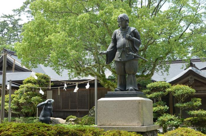 主祭神として祀られている「大国主大神」は日本神話「因幡の白うさぎ」で、うさぎを助ける慈悲深く心優しい神様なんです。境内には沢山のうさぎの像がありますよ。