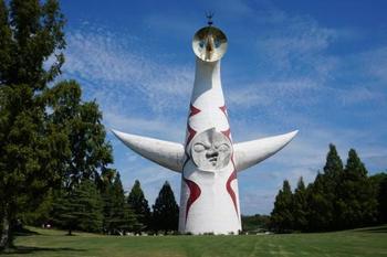 大阪府吹田市にある万博記念公園。太陽の塔が有名ですよね。大阪の中心・梅田駅から電車で1時間足らずで到着します。自然を感じるのはもちろん、博物館などの文化施設も多数あり、一日中遊ぶことができます。