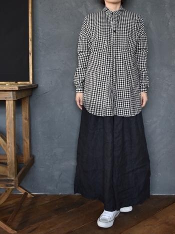 丸くアーモンドのような襟が女性らしいギンガムチェックシャツ。スカートでもデニムでも品よく着こなせます。