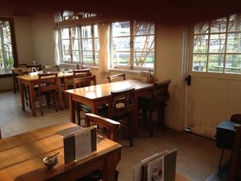ナチュラルな内装でゆったりとくつろげるカフェ、くるみの木一条店。奈良県産の食材を使ったメニューや自然派の料理やスイーツがいただけます。