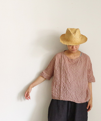 暑い夏にピッタリのネック部分が広めのプルオーバー。シャーリングのナチュラルな雰囲気と麦わら帽子の相性も抜群です。