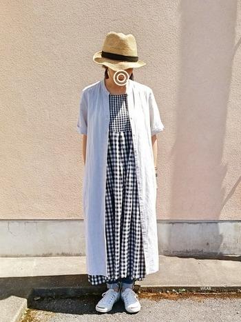 ギンガムチェックのワンピースにデニムを合わせた重ね着スタイル。プラス羽織りものと帽子で、お子様とのお散歩や公園遊びにもピッタリなコーデです。