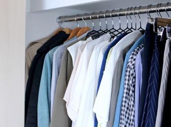 洋服の場合は、1年間着ていない服があったら手放すことをおすすめします。でも、なぜか捨てるのに忍びない服や思い出の服など判断に迷うものがどうしても出てきた場合は、一度仕分けしておいて、後日改めて必要かどうかの判断をするのも一つの手です。その時は迷っても、あとから見るとあっさり捨てられることもよくあります。