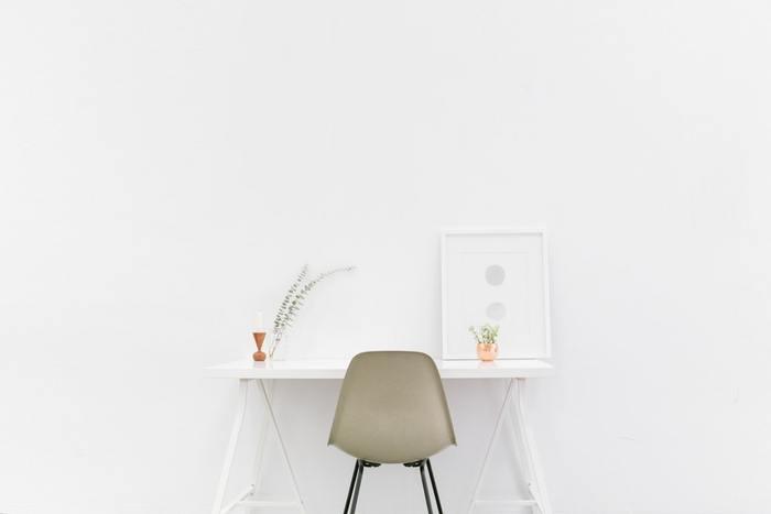 白は空間を広く見せてくれる色。白い壁に白いテーブルで圧迫感ゼロのお部屋作り。でもそれだけだと味気ないので、チェアや小物で優しい色味をプラスして。小さなワンルームでも真似できるシンプルスタイルです。