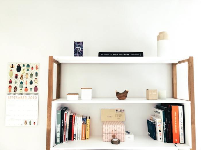 余白を上手く活かすには棚や壁を物でいっぱいにしないことが大切です。木のあたたかみが感じられる棚にナチュラルテイストの小物を少しだけ置いたり、オシャレな本を空間をあけて飾るのがオシャレ!