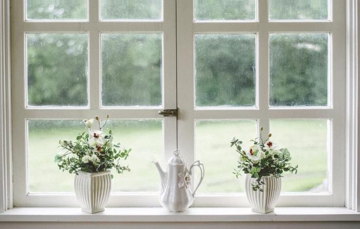 同じものを対照的に並べれば、窓辺もオシャレで優しい雰囲気に。真ん中に置いたティーポットの可愛さも引き立ちます。