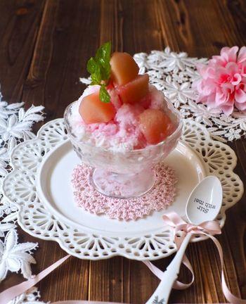 ミルクかき氷に桃のコンポートを汁ごとかけて。見た目華やかな桃のかき氷です。