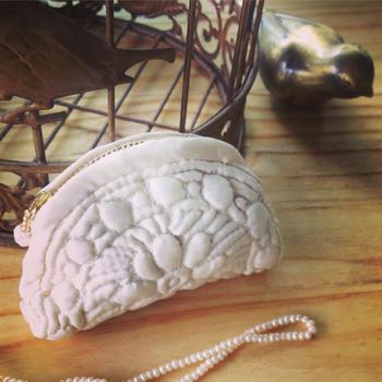 いかがでしょうか?南フランスで代々受け継がれてきた『ブティ』は、シャビーシックなインテリアにもしっくりと馴染みます。まるで布の彫刻のようなキルト『ブティ』をぜひ普段の生活にブティを取り入れてみて下さいね。