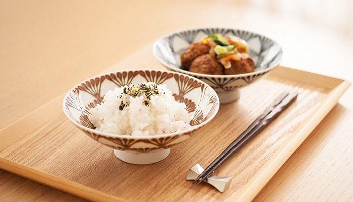 「ご飯が美味しく見えるオシャレなお茶碗」として発売から20年以上も愛され続ける白山陶器の平茶碗。使いやすさにもこだわり、持ちやすいよう一般的なお茶碗に比べて直径15cmとひと周り大きいところも特徴的てす。 ご飯を美味しくみせる秘訣は、茶碗の余白部分を活かして真ん中にご飯をこんもり盛ること。とっても美味しそうにみえますね。