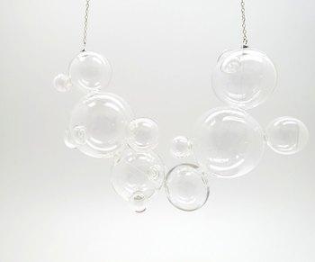胸元を涼しげに飾ってくれるガラスのネックレス。 夏だからこそ、こんな遊び心溢れるモチーフも。