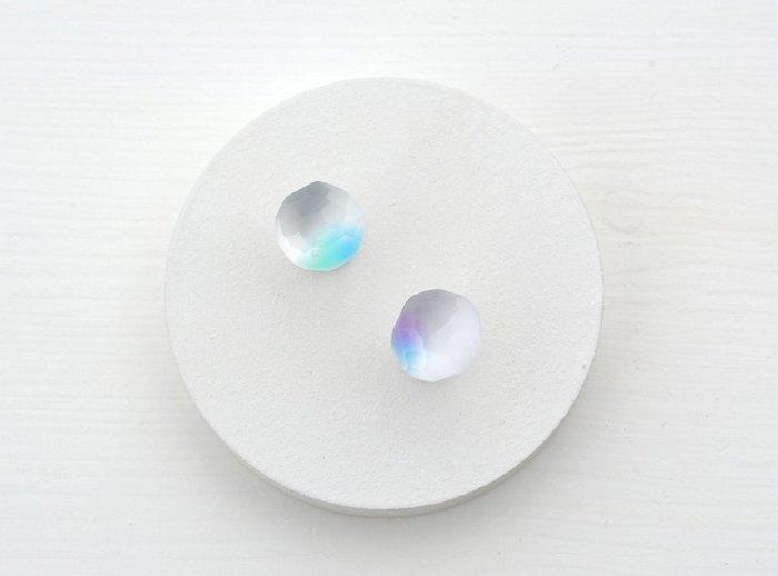 光を反射して淡く輝く、ガラスのピアス。 これだけで、白Tシャツを一気に格上げしてくれそう。