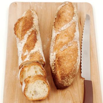 バゲット。パン粉や食パンでも代用できます。なくてもOKですが、パンによって炭水化物のヴォリュームがうまれます。