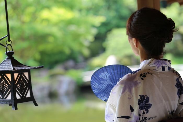 暑い夏。エアコンや扇風機で涼しくなるのもいいけれど、手元で涼を取れる「扇子」や「うちわ」があると、電気を使わず地球にやさしくお手軽に涼しくなることができます。リビングに置いておくと絵になるうちわ、お出かけの時にかばんに忍ばせていつも携帯したくなる粋な扇子をご紹介します。
